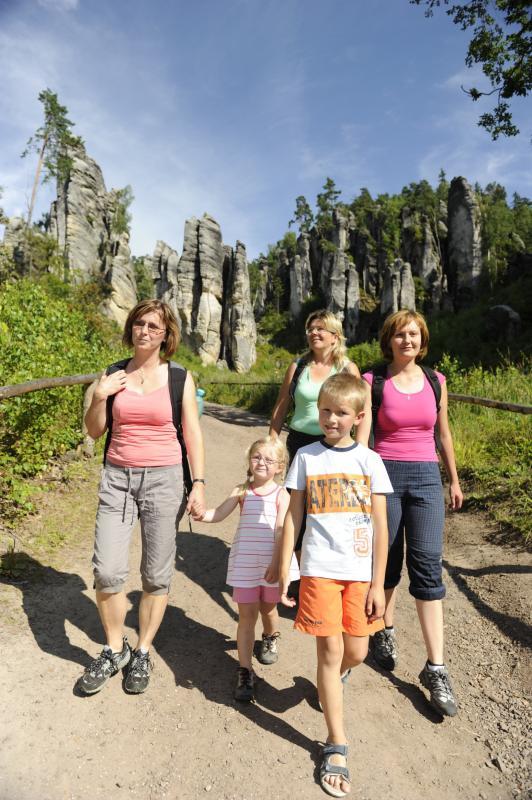 Pěší turisté v Prachovských skalách